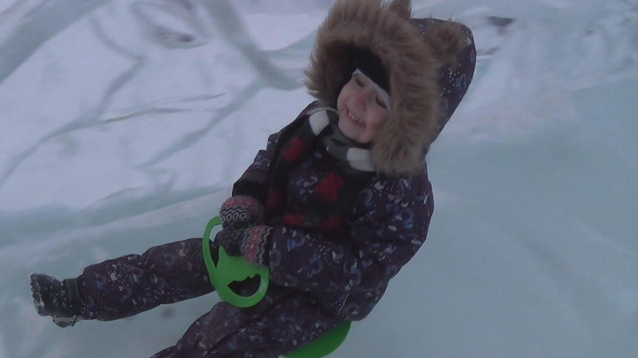 Влог Макс катается с горки. Кормим снегирей - Детский канал Max Show for Kids