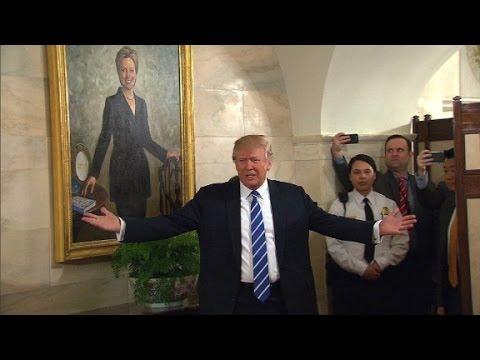 Clinton portrait photobombs Trump in WH tour
