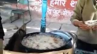 Ce vendeur de rue prend de la friture brûlante à la main