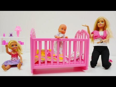 #BarbieAilesi bebek için YENİ YATAK alıyorlar! BEBEK bakma oyunları! #kızkanalı