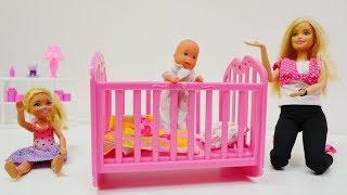 Barbie Ailesi bebek için yatak alıyorlar