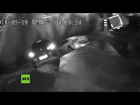 Enorme socavón 'se traga' 3 autos en China