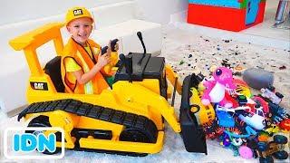 Vlad dan Nikita bermain dengan mainan di atas excavator