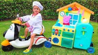 Trẻ em Vlad giả vờ chơi Toy Cafe trên Wheels