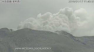 На юго-западе Японии извергается вулкан
