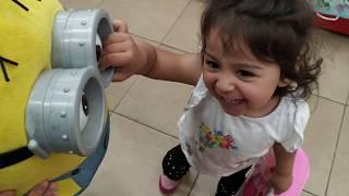 Ayşe Ebrar Oyuncak Mağazasına Alışverişe Gitti. Oyuncakların Hepsini Almak İstedi.