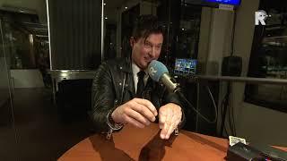 Topillusionist Christian Farla doet een truc in de studio van Radio Rijnmond