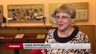 Ви здивуєтесь: чиї портрети висять в українських школах(Портрети Президента та керівника ОДА поруч з Державними символами. Мер Геннадій Кернес на одному стенді..., 2016-02-16T22:31:19.000Z)