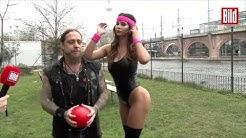 Micaela Schäfer beim Völkerball - So fliegen die Bälle richtig
