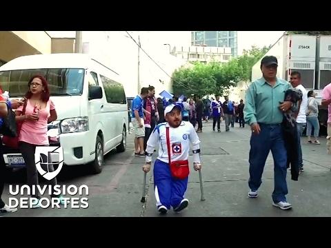 El aficionado de Cruz Azul al que ni su discapacidad lo detiene para alentar a su equipo