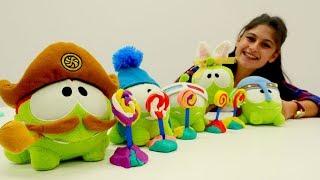 Ayşe'nin oyuncak kreşi; Om Nomlar renkleri ve sayıları öğreniyorlar!