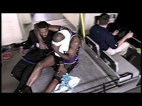Chris Webber tears ACL in 2003 NBA Playoffs