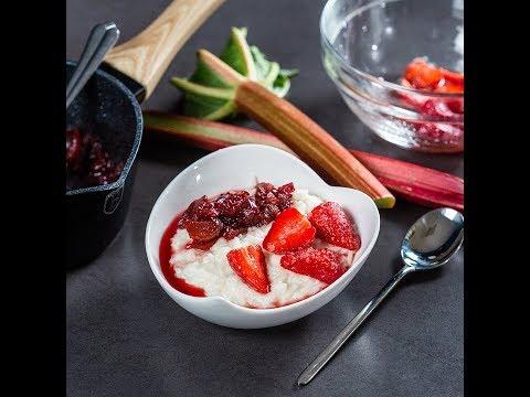 Budincă de orez cu căpșuni și rubarbă