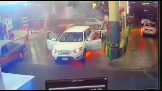 شاهد.. لحظة اشتعال النيران في سيارة داخل محطة وقود بالسعودية