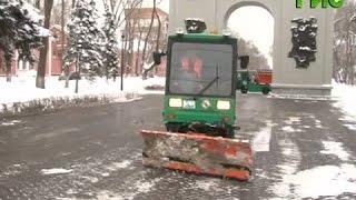 Уборка снега в парках и скверах при помощи малогабаритной спецтехники(, 2016-01-18T07:06:24.000Z)