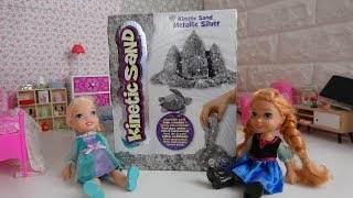 Gambar cover Elsa and Anna toddlers play with kinetic sand