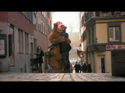 YOUTUBE: Se incontrate un orso peloso per strada che chiede un abbraccio...