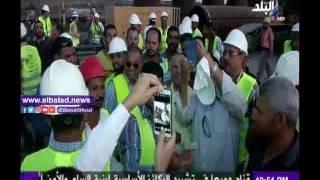 أحمد موسى يلتقط صورة تذكارية مع العاملين بمشروع شرق التفريعة..فيديو