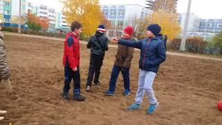 Мальчики играют в футбол-за кадром