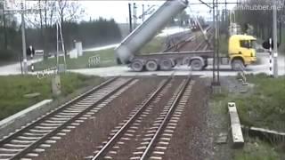 LKW rast mit Schwung in Stromleitung