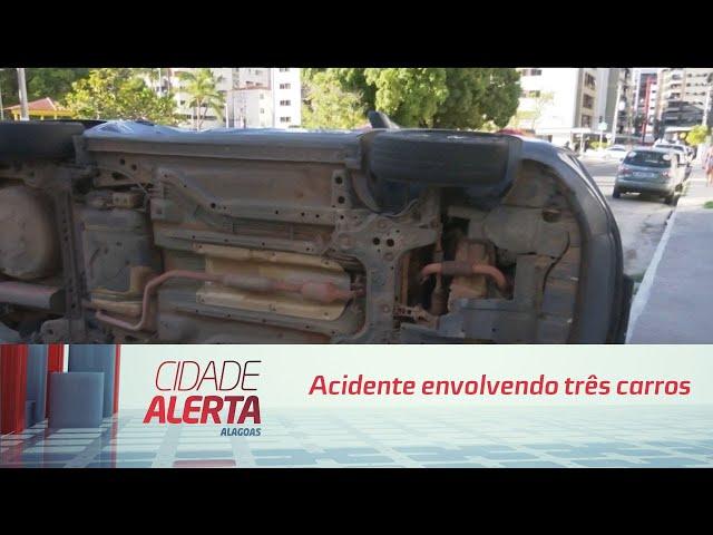 Acidente envolvendo três carros de passeio deixa vítimas na Ponta Verde