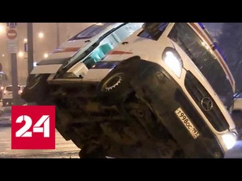 На Садовом кольце скорая помощь перевернулась от столкновения с Porsche Cayenne