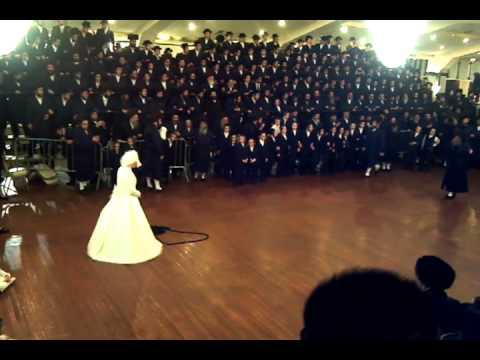 Spinka Rebbi Tangling Kallah at Mitzvah Tantz FUNNY