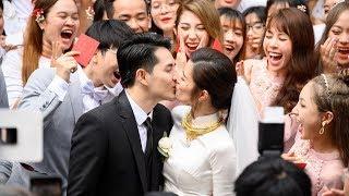 Đông Nhi hôn Ông Cao Thắng nồng nàn trong lễ rước dâu khiến mọi người vỡ òa