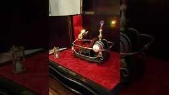 Die Zeitmaschine in einer alten Reisebar.