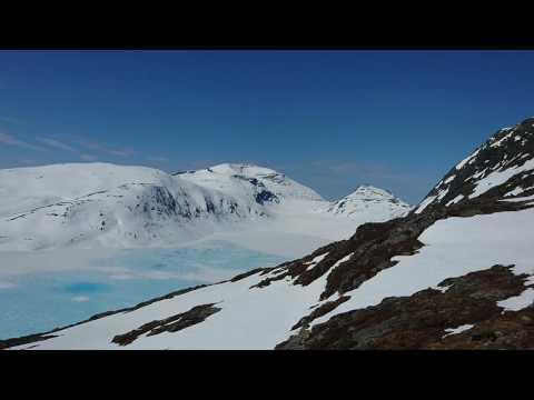 Kjerringvatnet,  kjerringtinden til høgre 30. Mai 2016