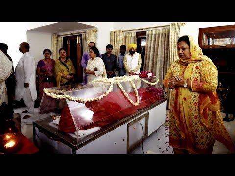 नहीं रहीं सुषमा: श्रद्धांजलि देते हुए छलके पीएम मोदी के आंसू, बेटी बांसूरी को बंधाया ढांढस