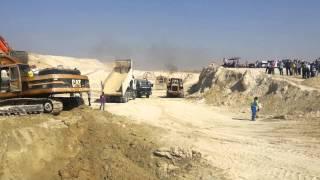 قناة السويس الجديدة: سيارات المشروع ترفع علم مصر  وصور السيسي خلال الحفر