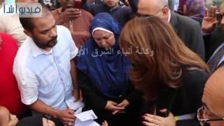 بالفيديو : غادة والى تستمع لمشاكل  أحد أهالى
