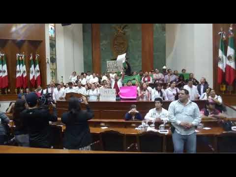 En el Congreso manifestantes cantan el 'Himno Nacional'