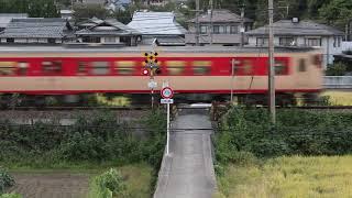 【津山線】 船山踏切を通過する国鉄急行色 塗装のキハ47