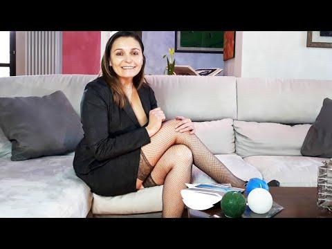 Simona prova le calze autoreggenti a rete Merry Style Stockings MSSS003 color fumo