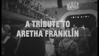 Baixar A Choir! of hundreds pays tribute to Aretha Franklin: (You Make Me Feel Like) A Natural Woman