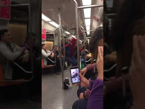 El hombre araña vailando en el subte de buenis aires capotal argentina