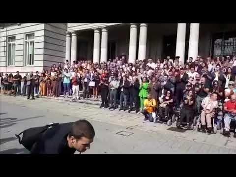 Silencio y aplausos para condenar el triple crimen de Valga en Pontevedra