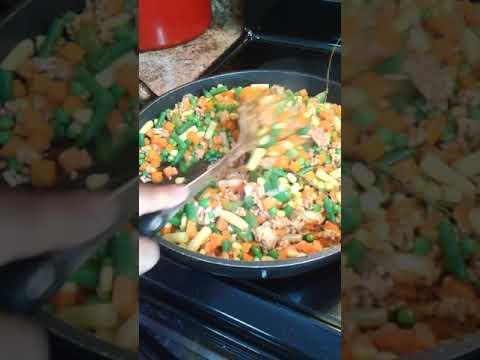 légumes-macédoine-au-viande-hachée-sur-du-riz-blanc.