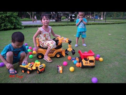 Cùng bé lái xe máy xúc đa năng chơi đồ chơi xe ô tô ở công viên MN Toys