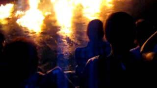 雨風の強い日に、バリで見たケチャダンス。火の粉が風に舞って客席の方...