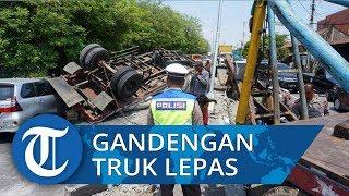 Kecelakaan Gandengan Truk Muatan Semen Terputus Hantam Mobil di Jalan Semarang Demak