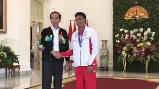 Presiden Jokowi ajak L M Zohri jln jln di istana