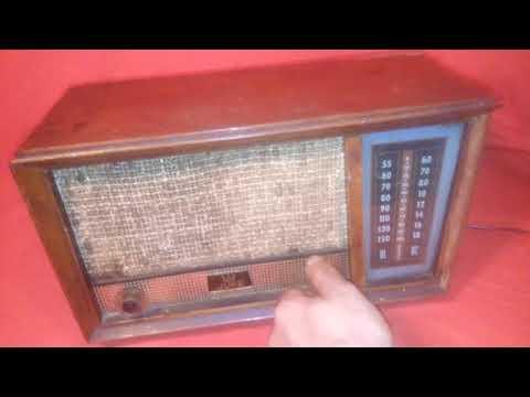 antigua radio en madera a pilas .