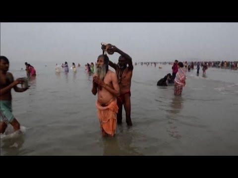india, il bagno sacro degli indù nel fiume gange - youtube