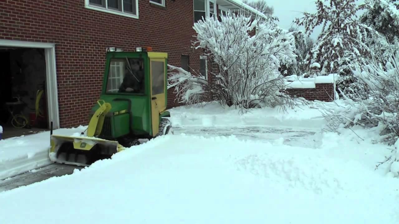 John Deere 318 throwing snow - YouTube
