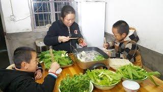 农村小孩到底有多喜欢吃火锅,看他表情就明白,猛吃猛吃真带劲