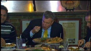 New York City Mayor Bill de Blasio Defies Traditional Pizza Norms