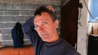 Samohrani otac s troje djece živi pod pločom